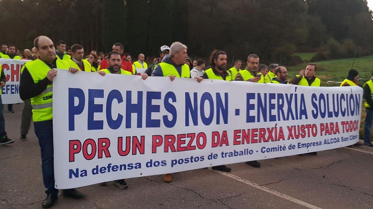 Manifestantes de Alcoa en Madrid. Vista hoy de las instalaciones de la planta de Alcoa en Avilés cuyos trabajadores se reúnen en asamblea para votar el preacuerdo alcanzado entre los sindicatos y la empresa para mantener los empleos hasta el 30 de junio mientras que busca un comprador para las factorías