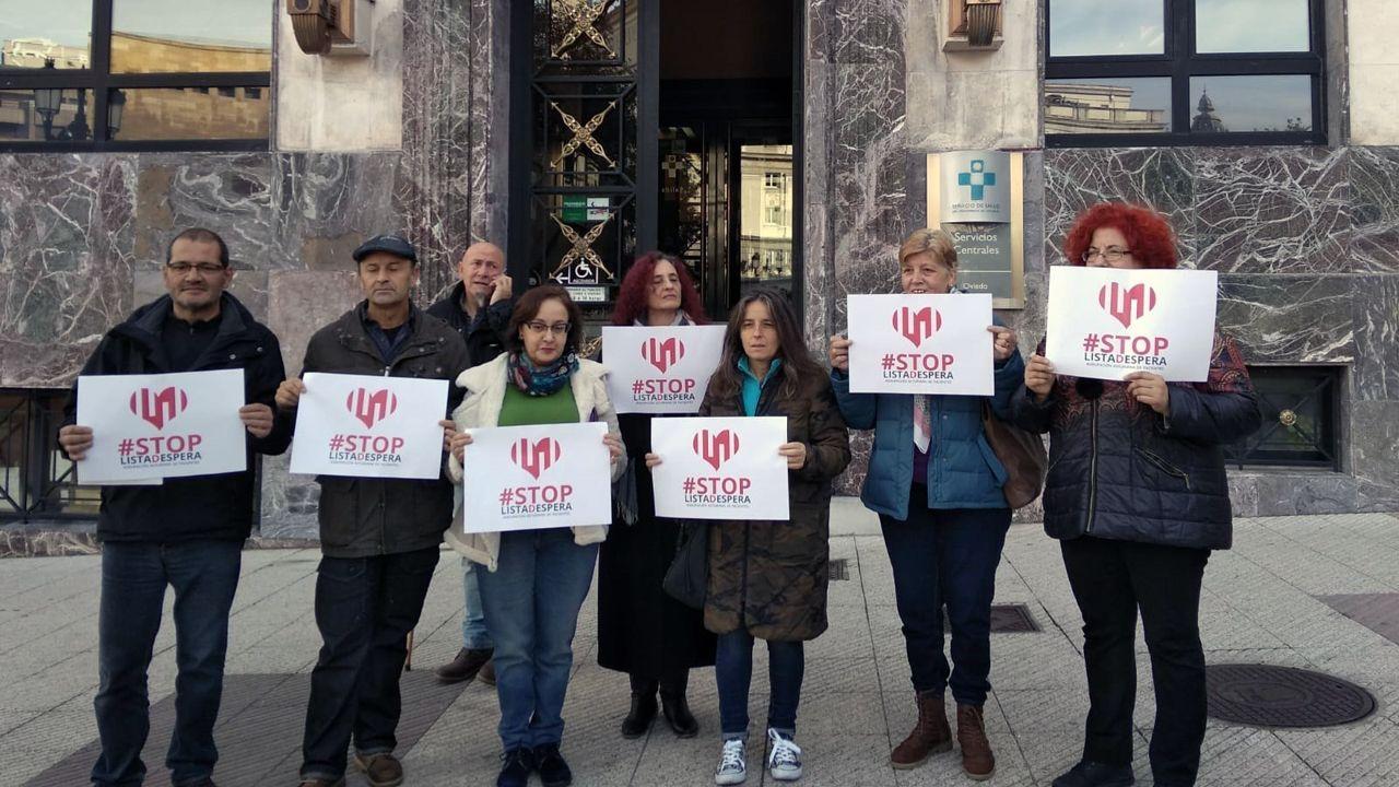 Miembros de la plataforma Stop Listas de Espera, concentrados delante de la sede del Sespa