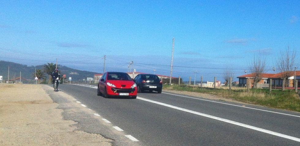La ausencia de aceras entre Portonovo y A Lanzada pone en peligro la vida de los peatones y ciclistas que circulan por la PO-308.