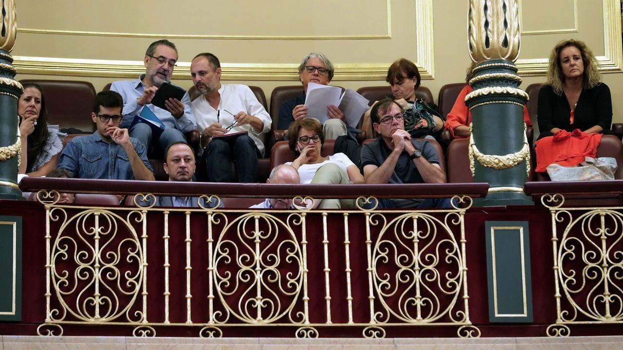 .Miembros de los Consejos de Informativos de RTVE en la tribuna del Congreso donde han asistido al pleno que hoy ha aprobado la modificación de la Ley que establece el sistema de elección del presidente y el Consejo de Administración de RTVE