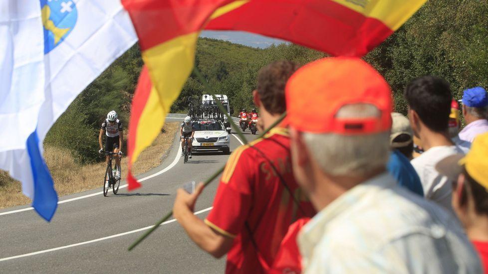 Aficionados con banderas, al paso de la carrera entre Marcelle (Monforte) y Doade (Sober)