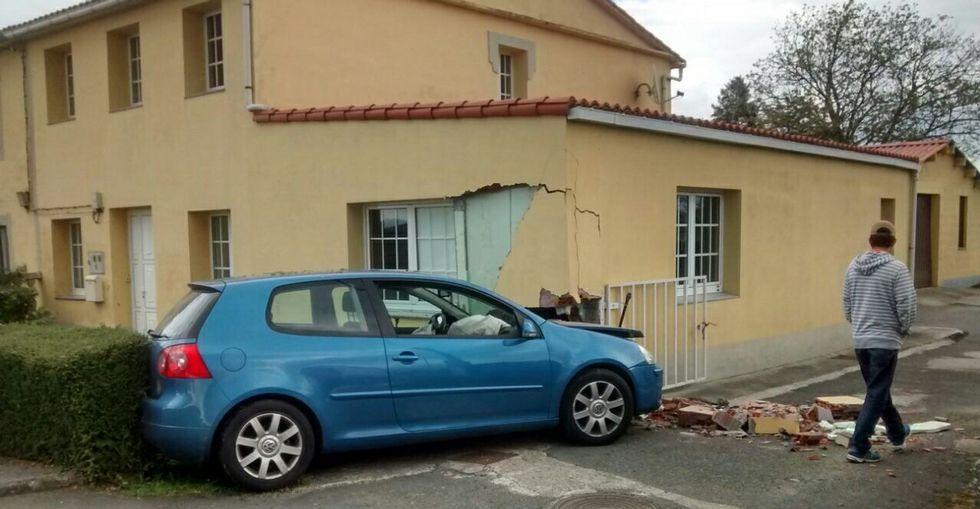 El vehículo fue a colisionar contra la esquina de una vivienda del lugar de O Corgo, en Cambre.