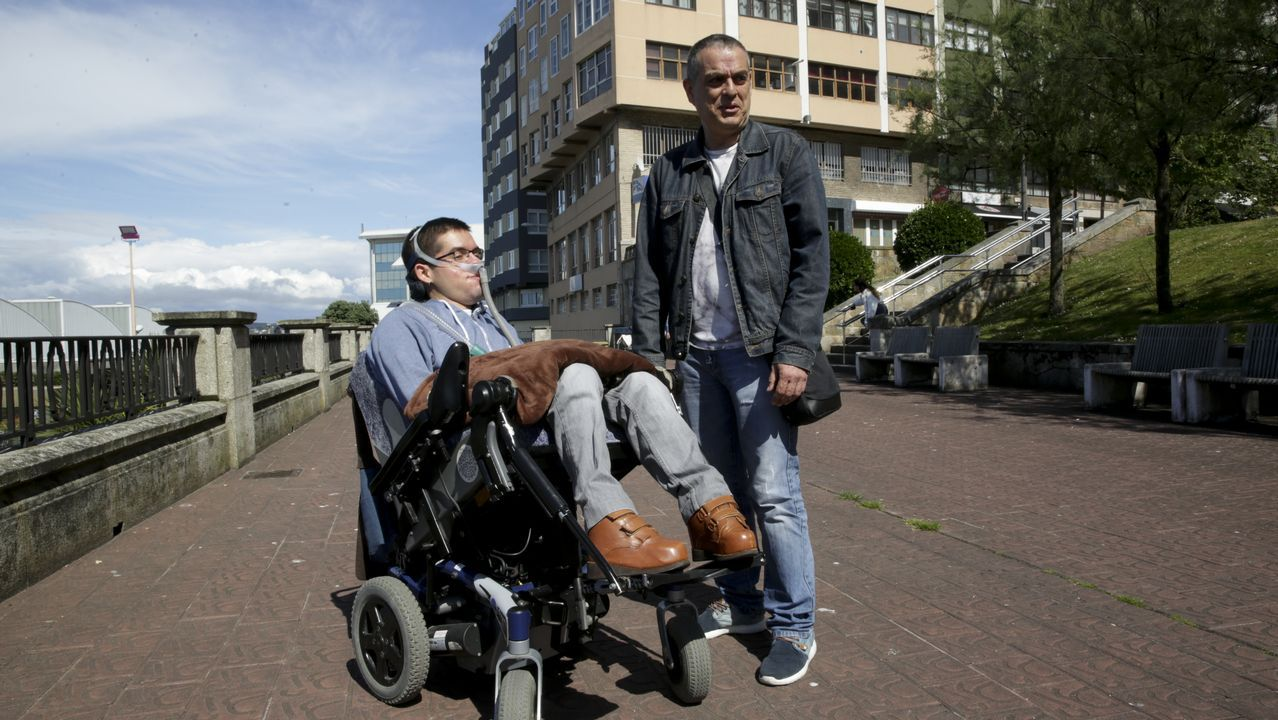 .Daniel Fiaño, con su padre, en una foto tomada en A Coruña a principios de este mes