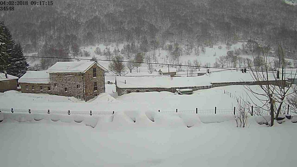 La nieve dificulta el tráfico en la autopista del Huerna.Valle del Lago, Somiedo