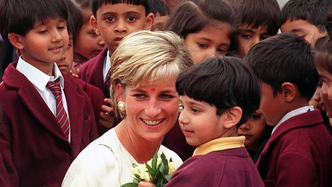 Lady Di durante una visita al templo hindú de Neasden en Londres.
