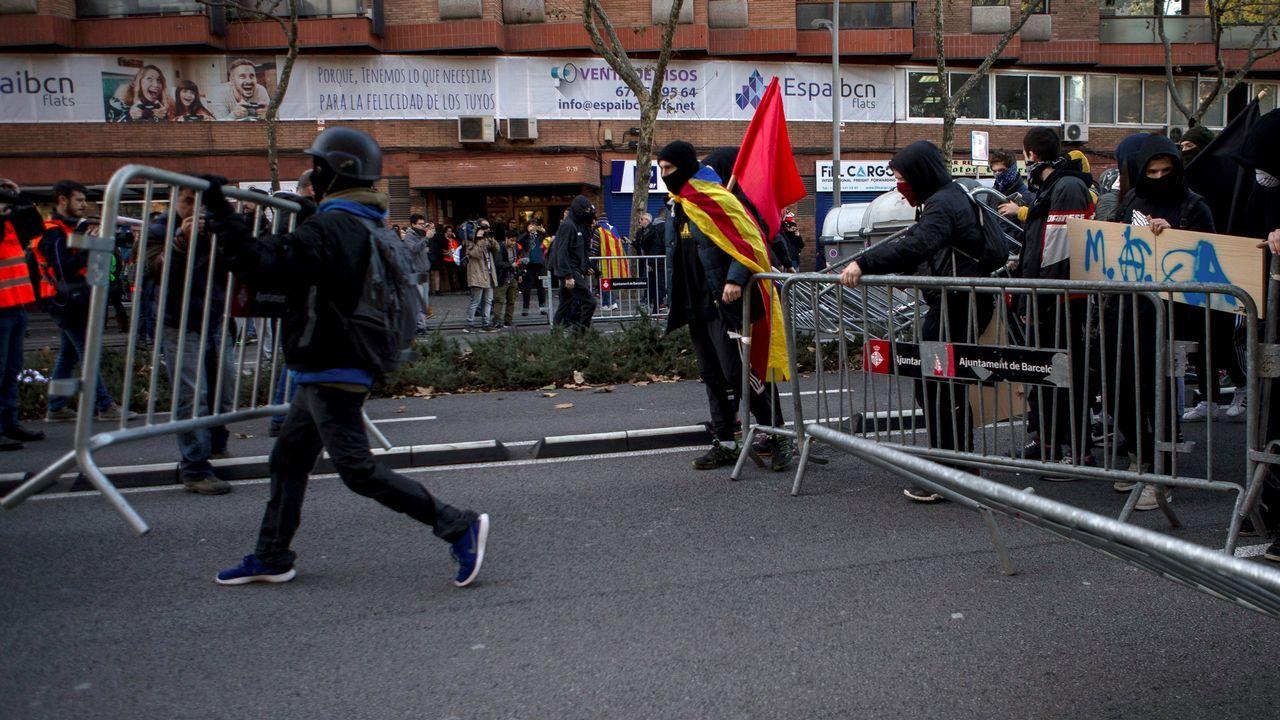 Simpatizantes independentistas protestan en las inmediaciones de la Llotja de Mar de Barcelona