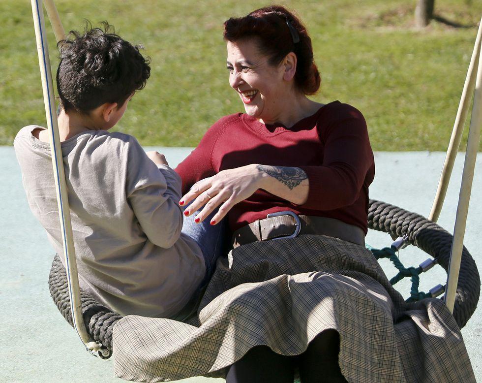 Eva y su hijo en el parque Aragonta de Salceda, donde reside desde hace cuatro años.