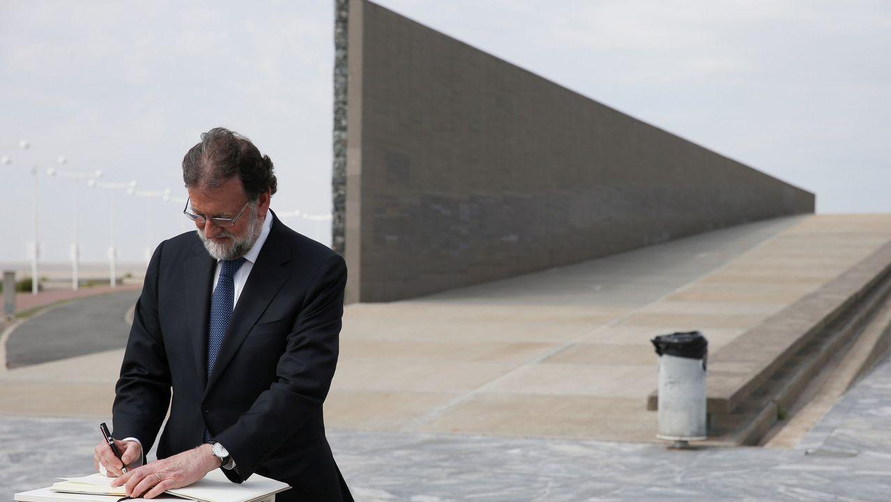 Mariano Rajoy firma en el libro de honor durante su visita al Parque de la Memoria, en Buenos Aires