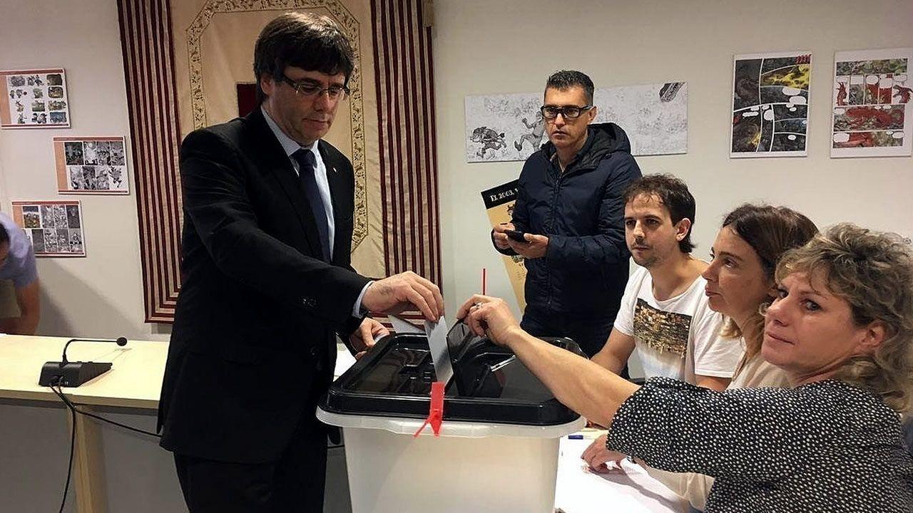 Puigdemont vota en el referendo ilegal de Cataluña
