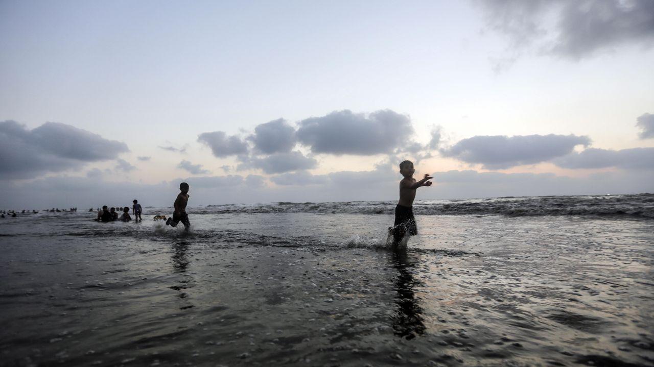 .Niños palestinos en una playa de la franja de Gaza