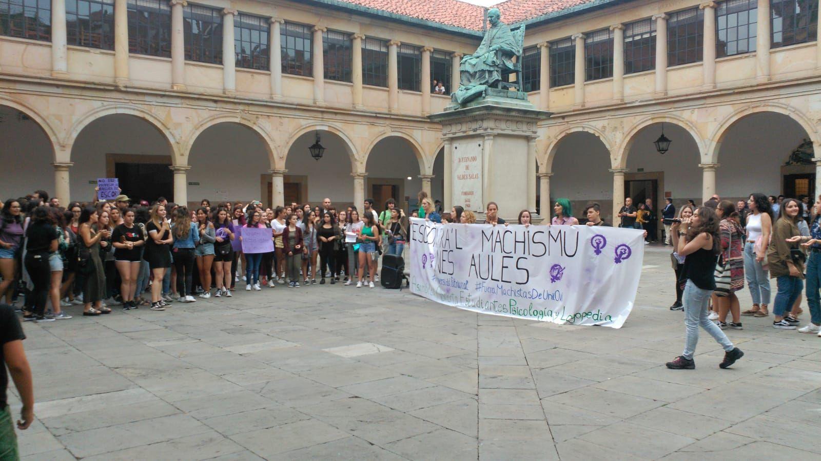 Estudiantes de Oviedo se manifiestan contra el machismo en las aulas.Concejales de Somos Oviedo, con Ana Taboada en el centro