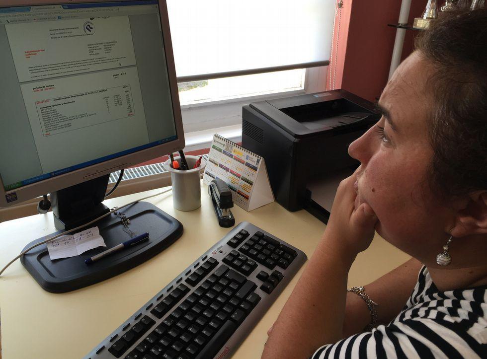 Benitor Portela se convierte en el nuevo regidor sadense.María José Ferreiro, directora de Aspadisol, observa la factura que le han pasado al cobro.
