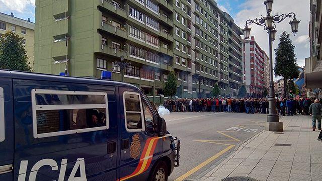 Los mineros de Hunosa cortan la calle en Oviedo