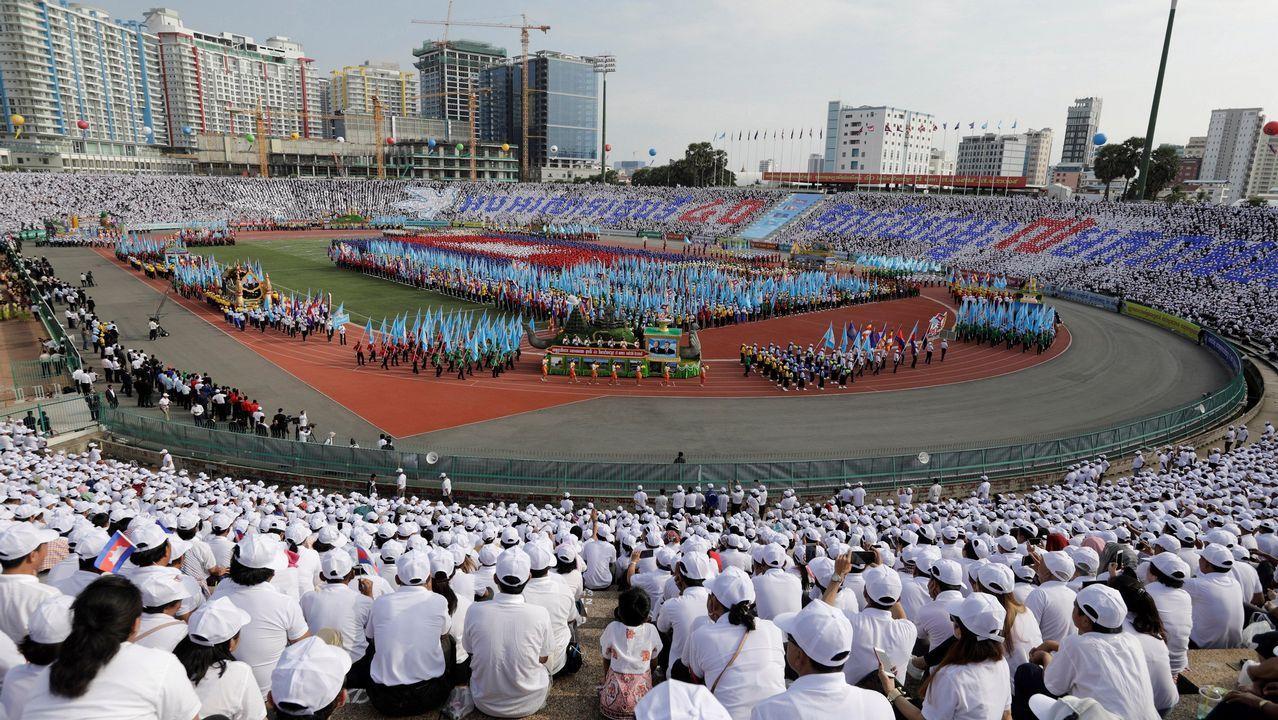 Una multitud participa en una ceremonia con motivo del 40 aniversario del fin del régimen del Jemer Rojo en Phnom Penh (Camboya)