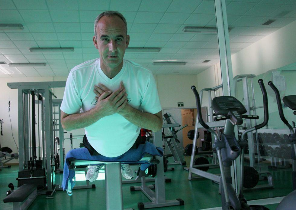 El alcalde, Javier Caínzos, en el gimnasio de Curtis.