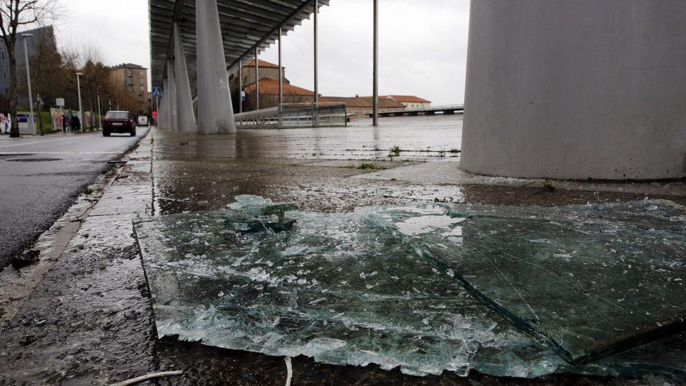 Los efectos del temporal en la Alameda de Santiago, cerrada.Marquesina de Xoán XXIII, en Santiago