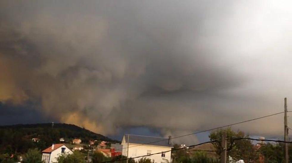Un tornado sorprende a los vecinos de Sada y Miño.Personal del ambulatorio de Betanzos atendiendo las solicitudes de citas
