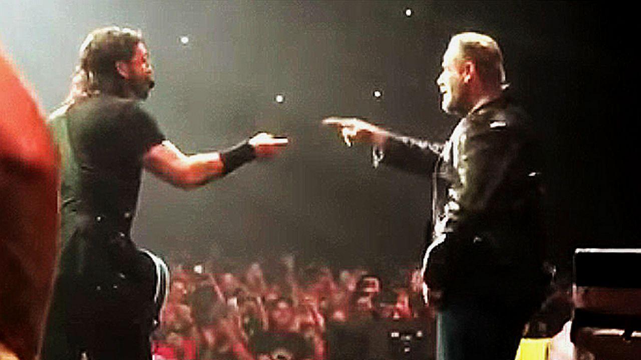 Dave Grohl (izq.) con el actor John Travolta en concierto en Nueva York