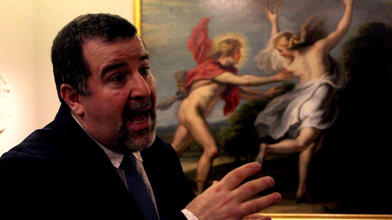Fernando Pérez Suescun, ante 'Apolo persiguiendo a Dafne', de Van Thulde