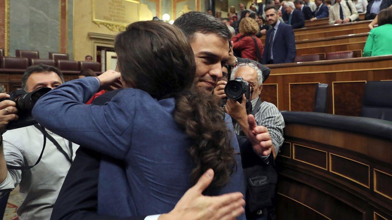 El álbum del día.Iglesias y Sánchez se abrazan tras prosperar la moción de censura