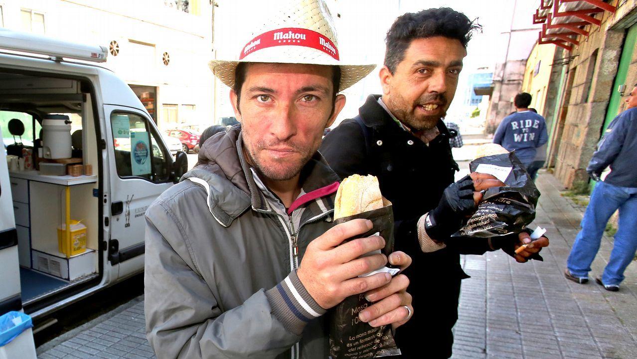 Apoyo multitudinario en Tui a los afectados por la explosión pirotécnica en Paramos.El pesquero marroquí con el alijo, fotografiado desde el Torpedo