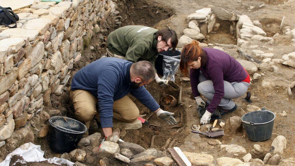 Un paseo visual por las antiguas minas de Os Medos.Un momento de las excavaciones realizadas en el cementerio medieval situado en el recinto del castro de Cereixa