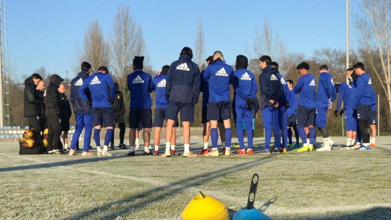 Gol Joselu Real Oviedo Elche Carlos Tartiere.Los jugadores azules escuchan a Anquela antes del entrenamiento