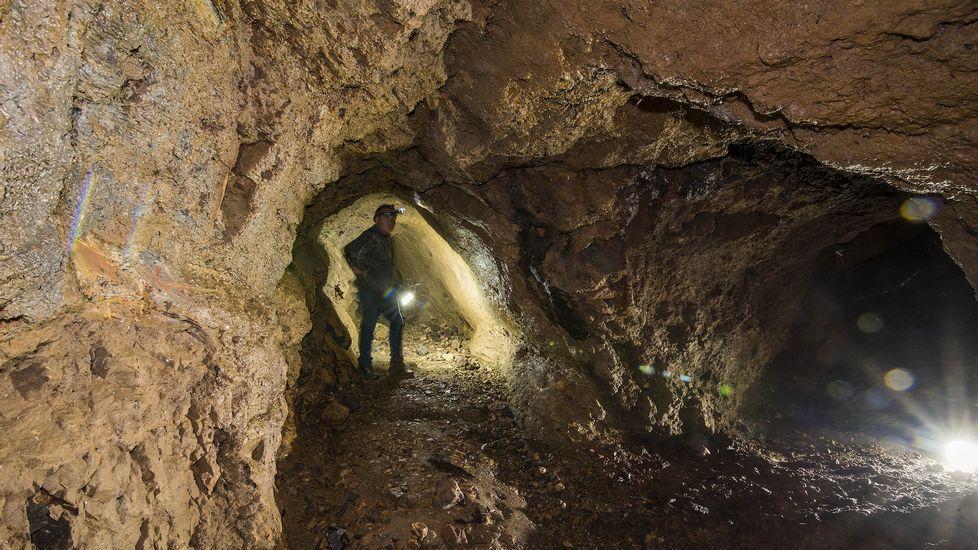 Recorrido por el interior de las minas de A Veneira.La maleza crece en el área recreativa de Val do Mao, cerca del santuario de San Eufrasio.