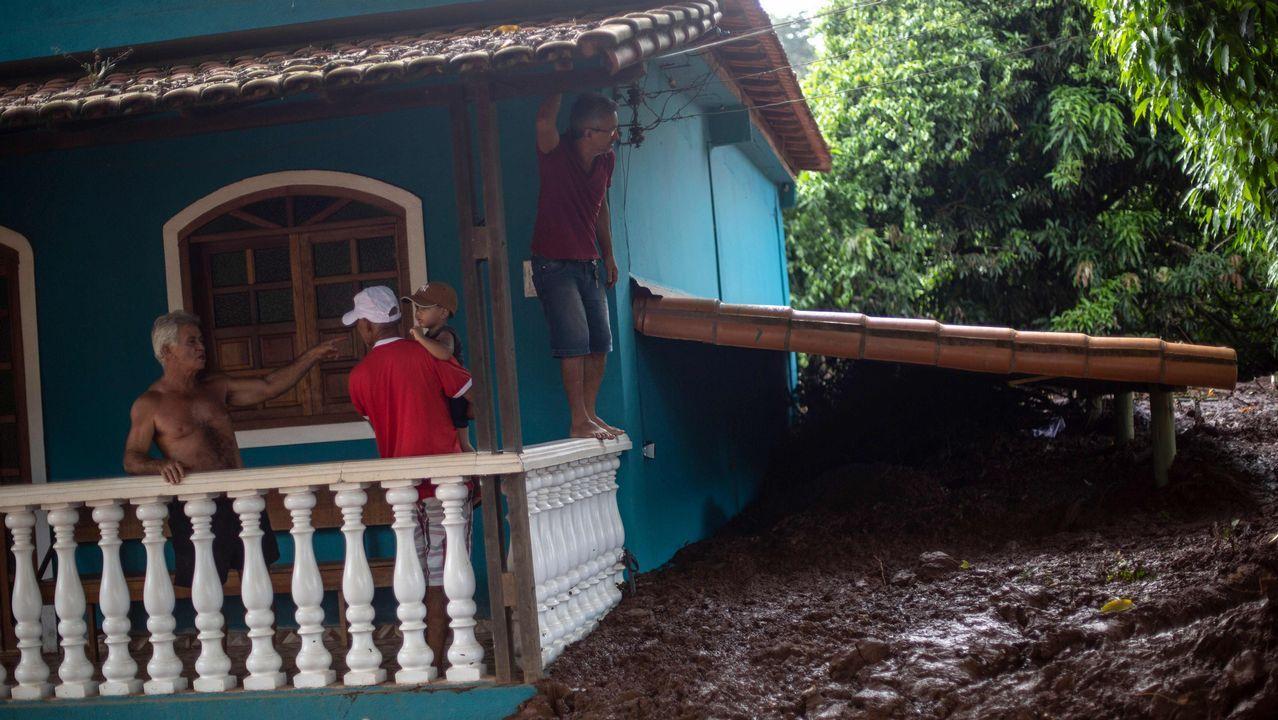 - Un grupo de personas observan los efectos del desastre