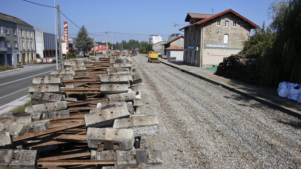 Tomos del proyecto del AVE por Cerdedo expuestos en la Subdelegación del Gobierno en Pontevedra en el 2007