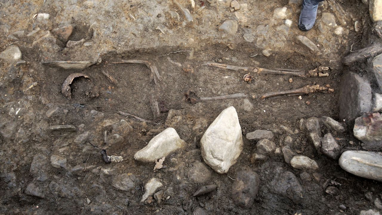 Aparece un esqueleto humano entero en una necrópolis medieval en Brollón.