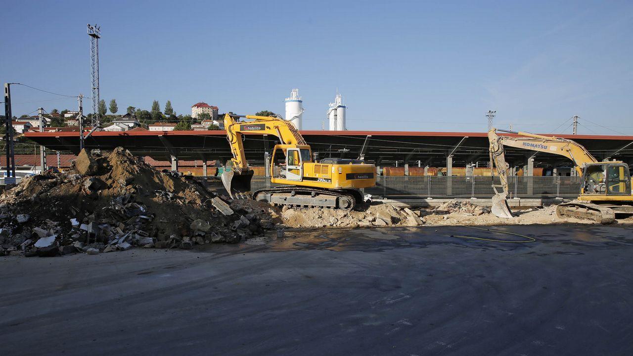 El AVE avanza hacia la frontera con Galicia.Un tren Alvia en la estación de Oviedo