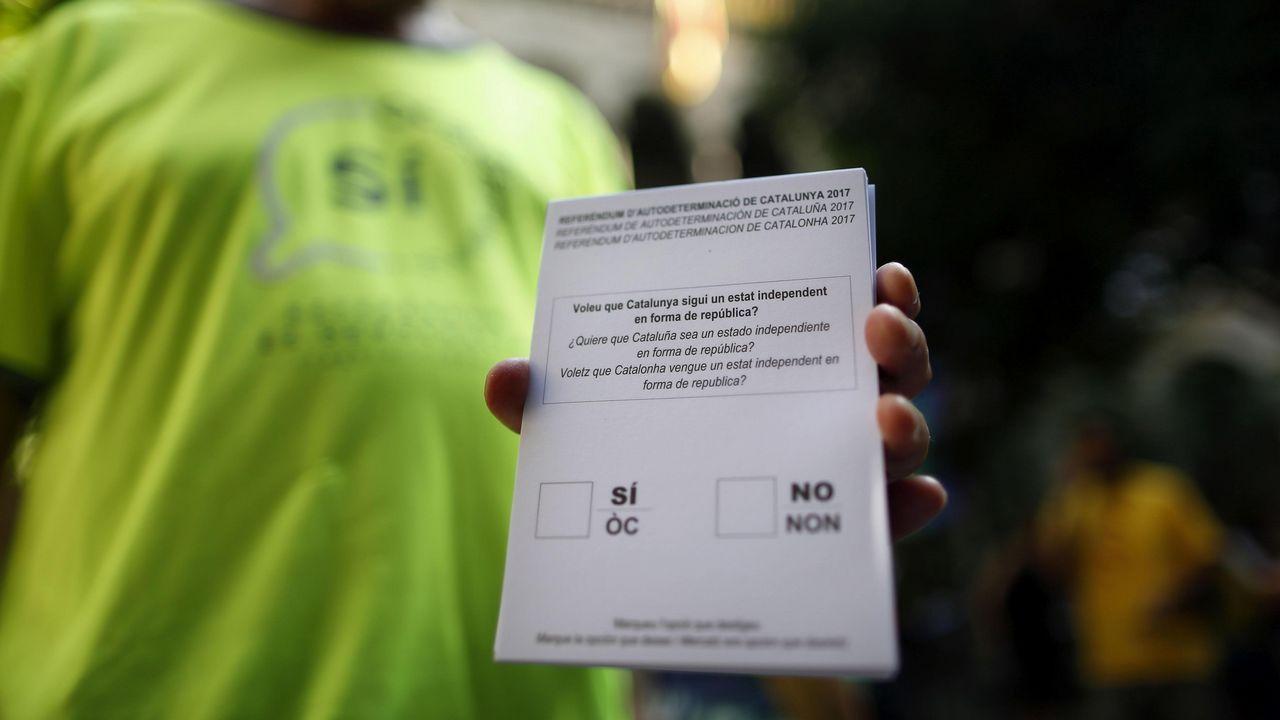 Abucheos a Pablo Iglesias en la estación de Sants de Barcelona.Papeleta del referendo ilegal