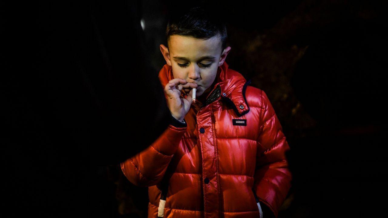 Niños fumando una vez al año.Acceso al punto limpio de Salas
