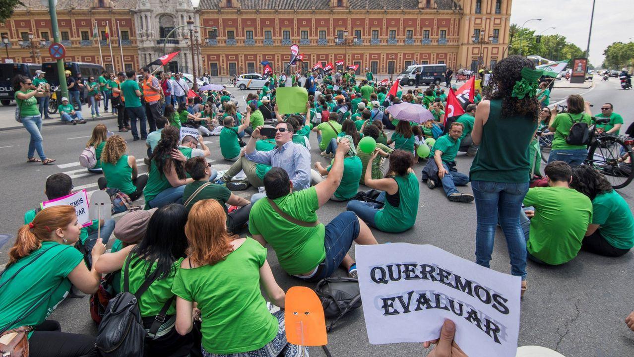 Profesores interinos se manifiestan en Sevilla en defensa de la estabilidad de los veinte mil empleos de este colectivo