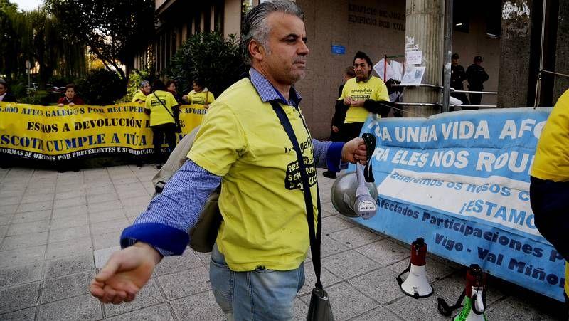 Protesta de los preferentistas en Vigo.Elena Salgado y Miguel Ángel Fernández Ordóñez boicotearon la fusión de las cajas.