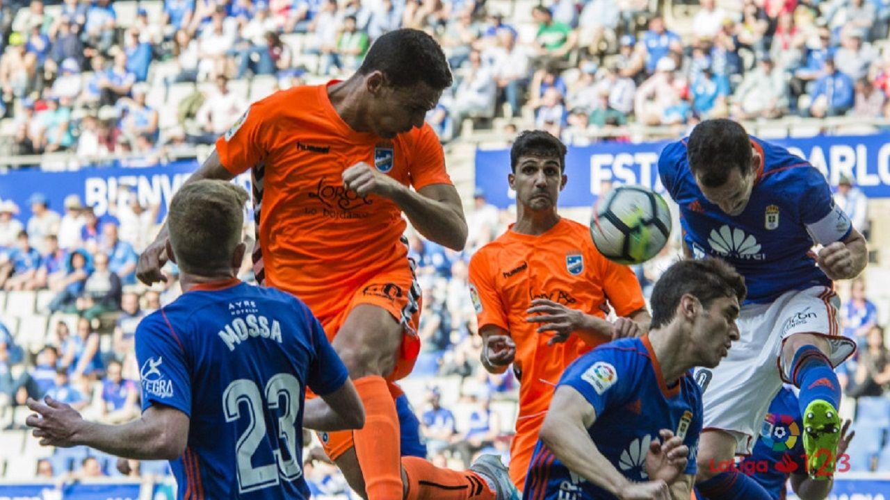 Anquela entrenamiento Requexon Real Oviedo.Mossa, Forlín y Linares tratan de despejar un balón ante el Lorca