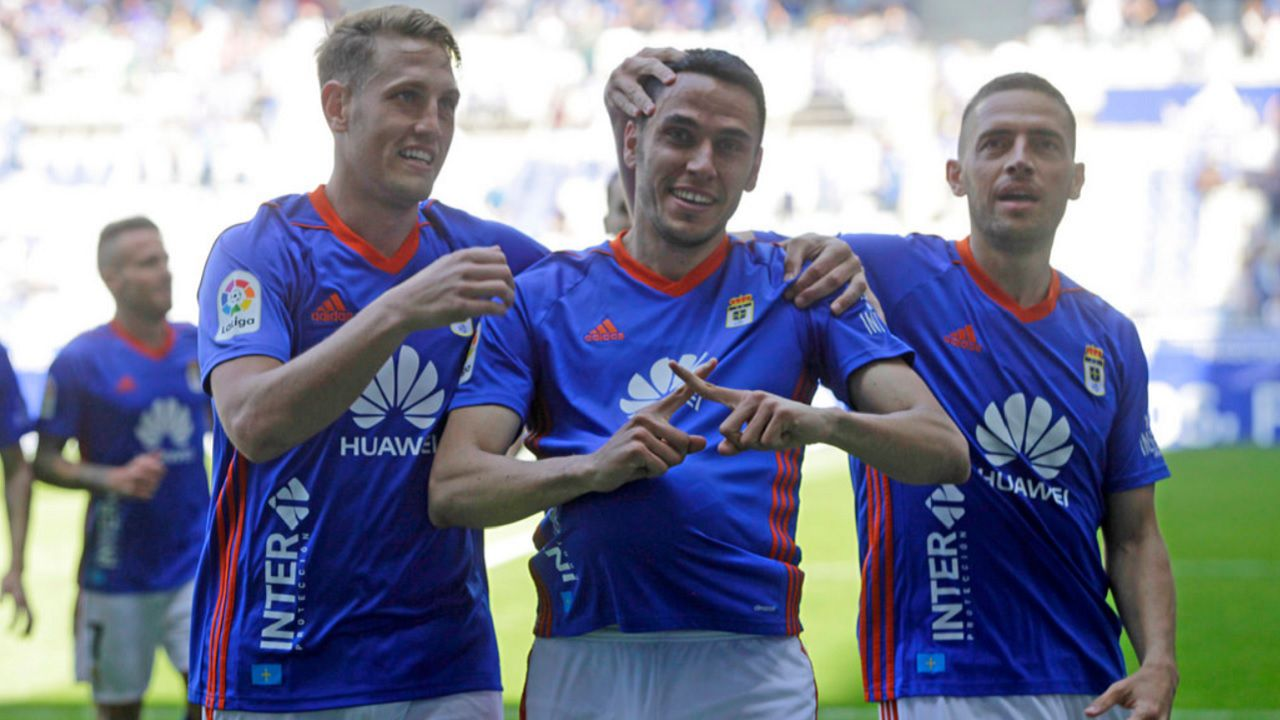 Gol Folch Rocha Carlos Hernandez Real Oviedo Sevilla Atletico Carlos Tartiere.Folch, Rocha y Carlos Hernandez celebran el primer gol del Real Oviedo