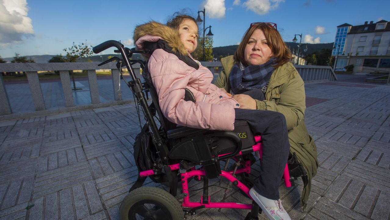 Teresa ya tiene quien la lleve al cole.Teresa Álvarez, con su madre Claudia Bajo, en el paseo de Laxe