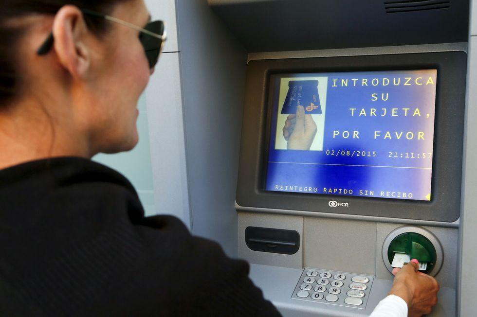 .Santander y BBVA cobrarán dos euros a los no clientes.