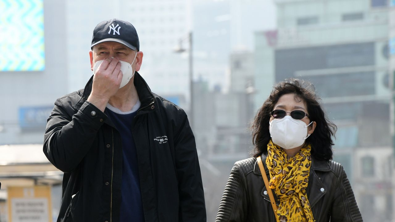 Ciudadanos se protegen de la alta contaminación del aire en Seúl