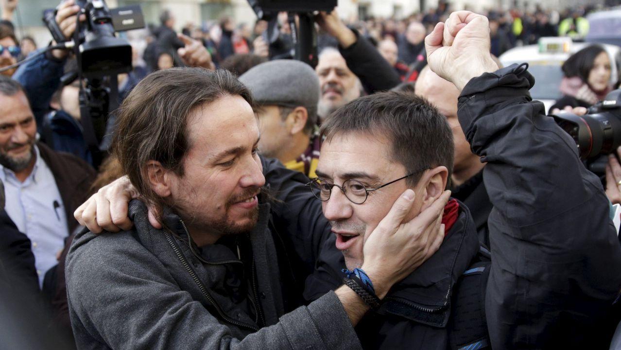 Iglesias reconoce que una baja participación en la consulta sobre su continuidad también les obligaría a dimitir.Mario Suárez del Fueyo, en los soportales de la plaza Mayor.