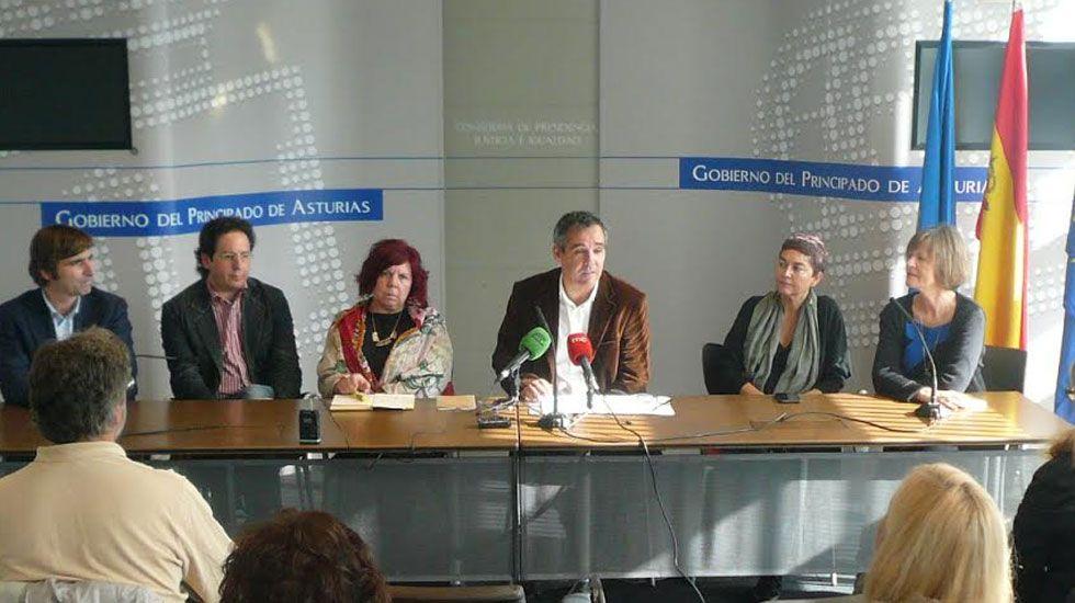Israel Sastre y Mike Vergara.Los responsables del «Pentágono» del arte asturiano con Vicente Domínguez, en el centro