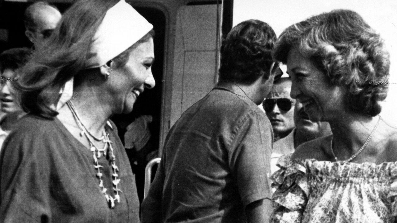 Farah Diba saludando a la Reina Sofía en 1982