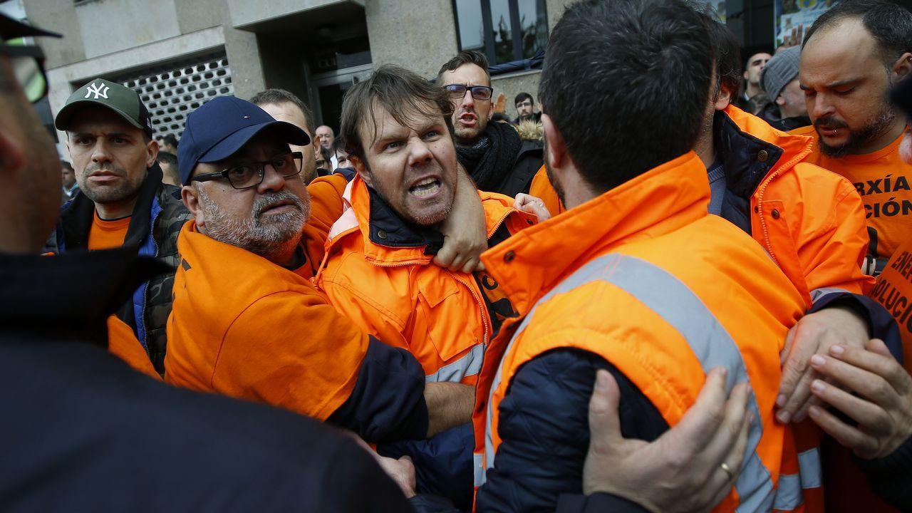 La plantilla de Alcoa en A Coruña protesta durante un acto del presidente Sánchez en A Coruña
