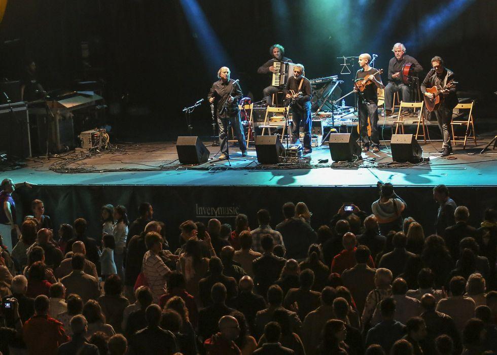 .Un entregado público disfrutó del concierto de Milladoiro en el puerto malpicán.