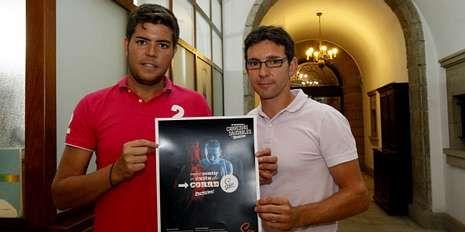 Adrián Varela e Iván Sanmartín con el cartel de la carrera.
