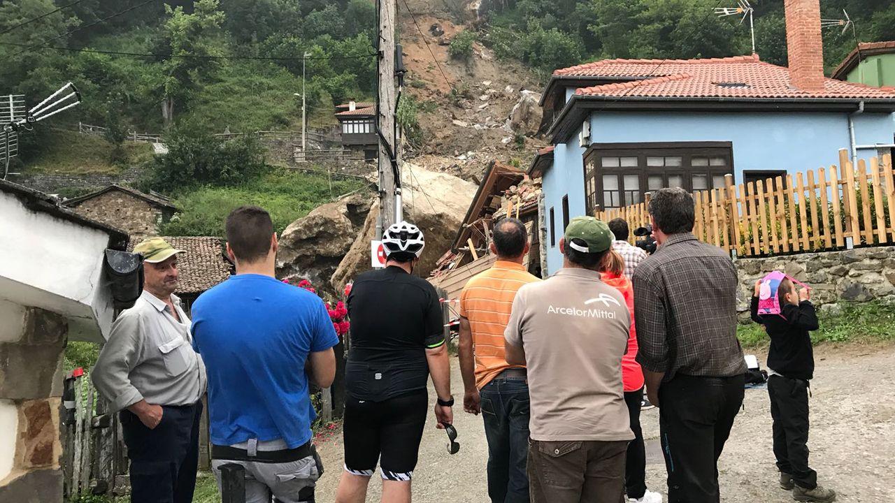 Vecinos del pueblo observan expectantes las casas arrasadas por el argayo