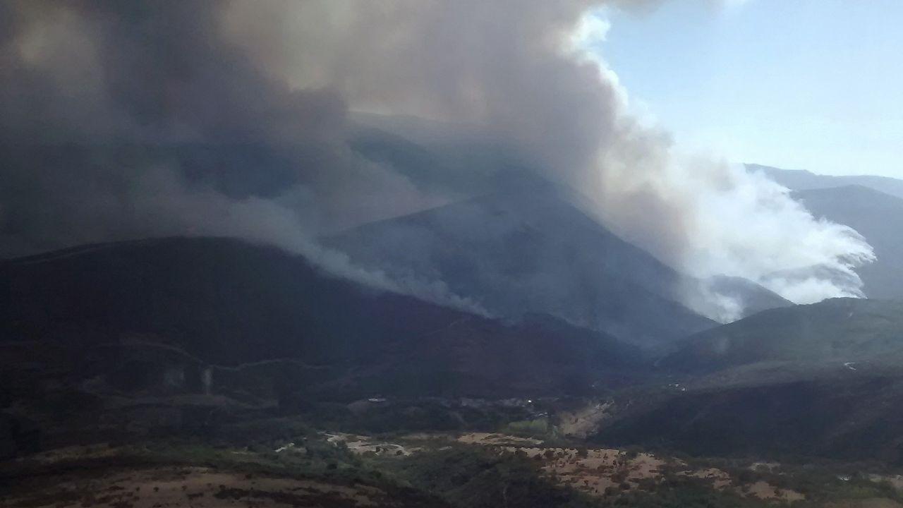 .El humo generado por el gran incendio de Encinedo