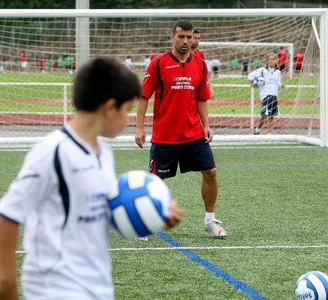 Pablo Coira observa a un niño durante su campus de fútbol.
